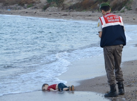 Reuters - 3 year old toddler among 12 syrian refugees drowned 2nd september 2015